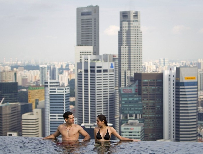 Infinity pool at marina bay sands hotel amusing planet - Swimming pool singapore opening hours ...